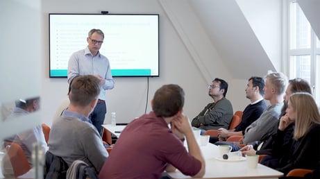 Cefalos Per Einar Myklebust holder presentasjon.